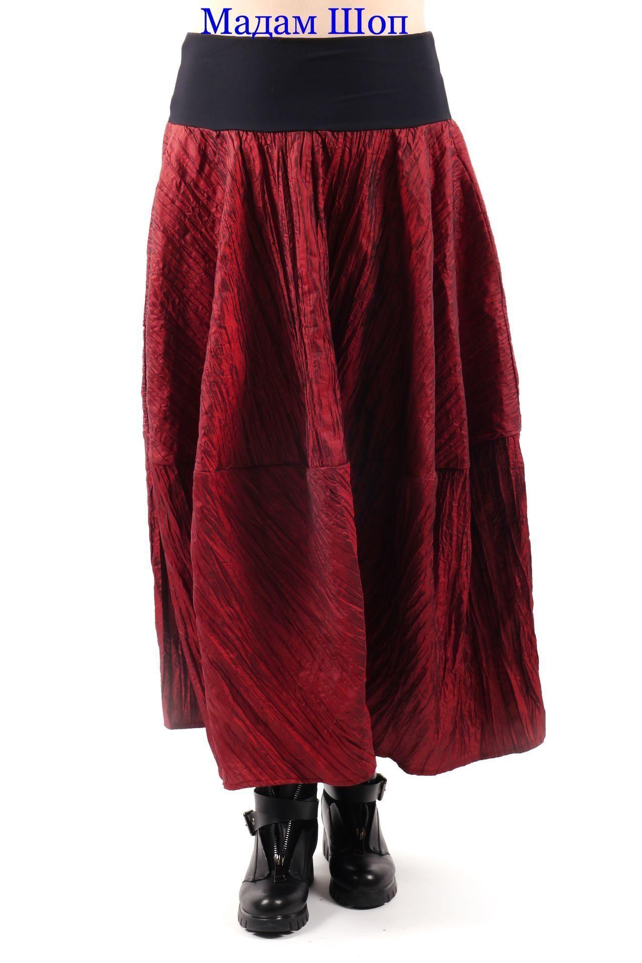 Футуристичная роскошь в бордовой юбке из жатой металлизированной ткани.  Широкая чёрная манжета-резинка одновременно 2ddc4d29a90