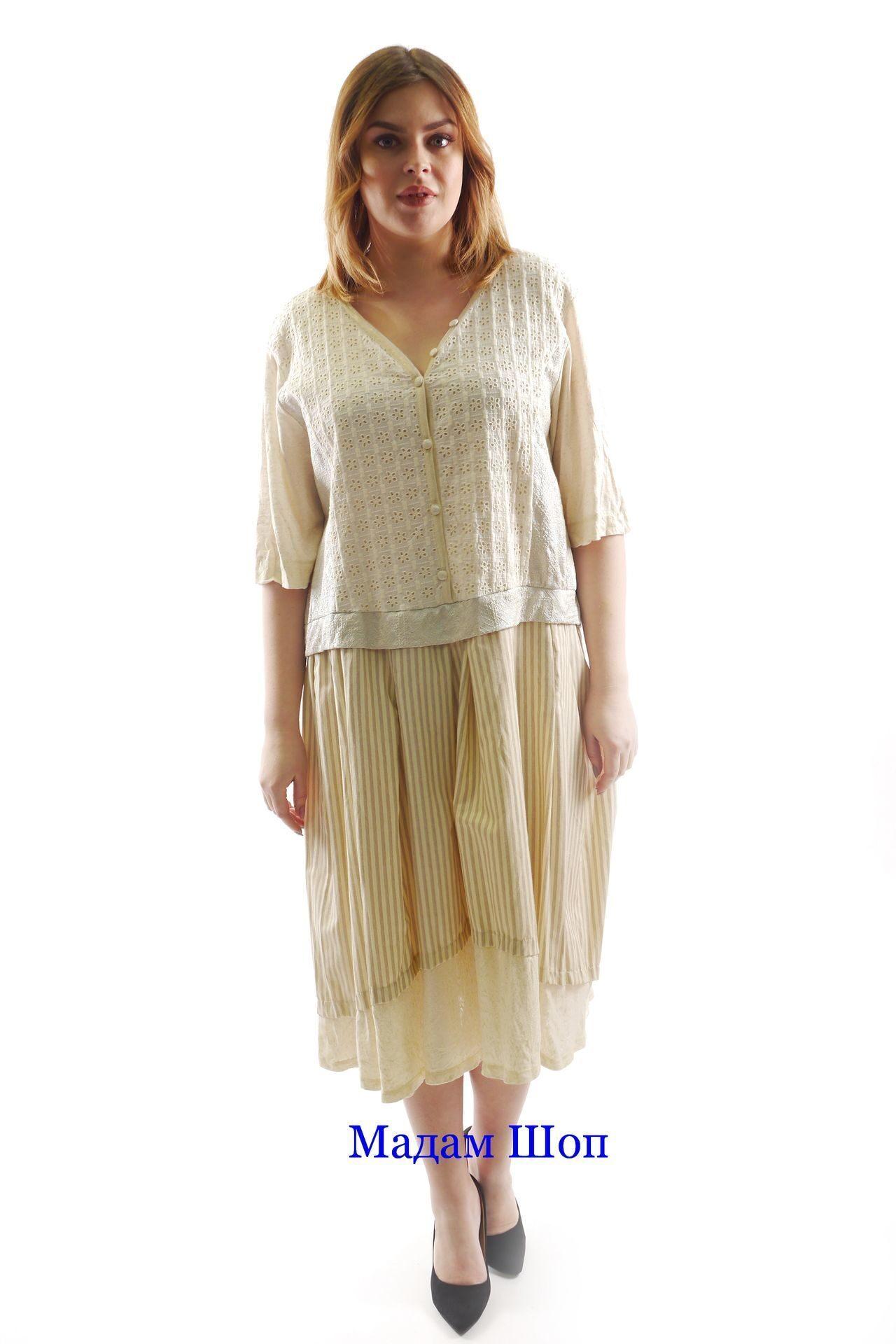Нежно-бежевое комбинированное платье, воплощающее мягкое очарование  женственности. Ажурный топ со скромным цветочным a7fae82b036