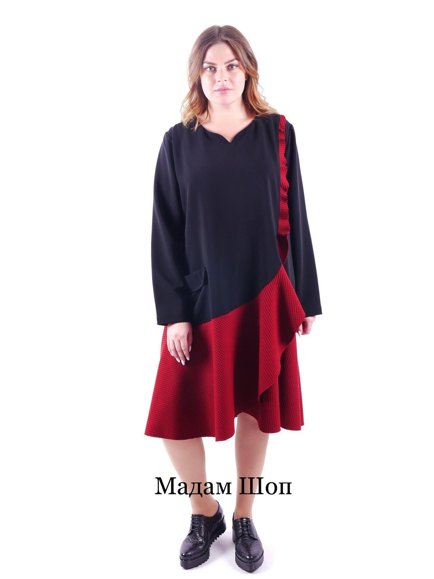 7b9a79eac6b Черно-красное платье с накладным карманом украшено воланом. Юбка и волан из фактурной  ткани