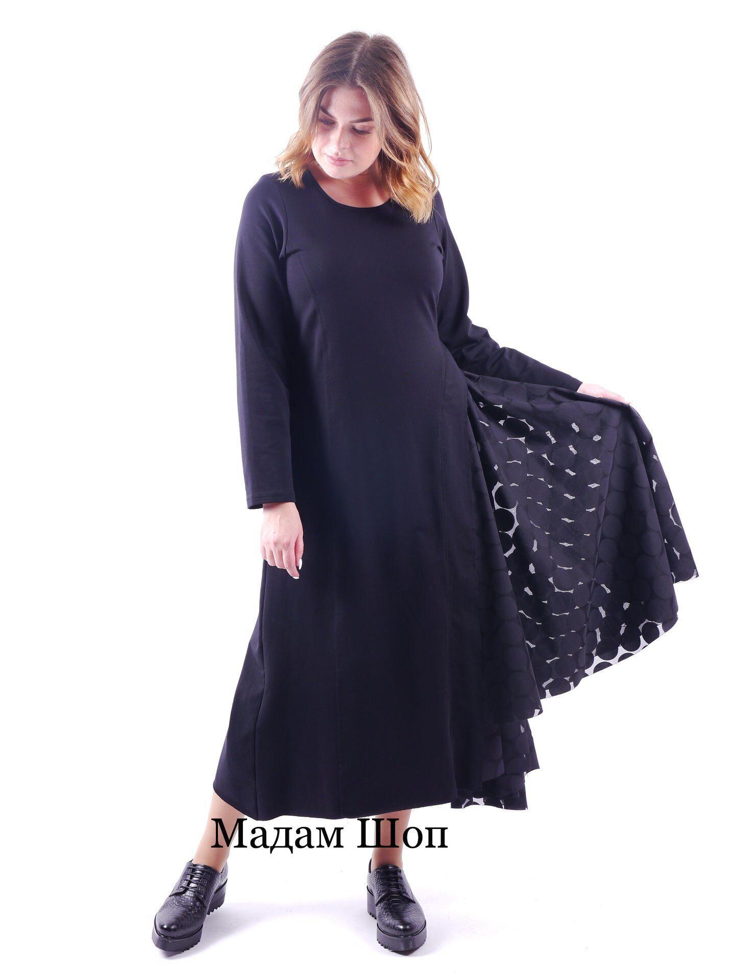 cb120e768f31ab9 Модное длинное трикотажное платье черного цвета с длинным рукавом. Юбка с  декоративным вырезом отделана оборками