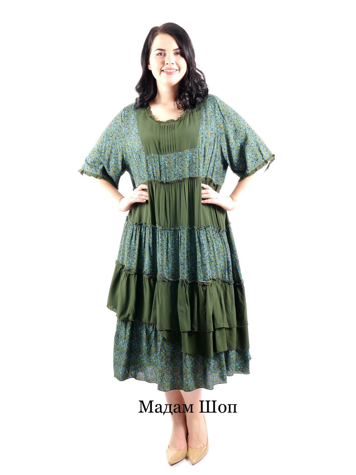 d092f9ab5f438 Свободное платье в зеленых тонах с модным цветочным принтом и широкой  асимметричной оборкой. Украшено плиссировкой
