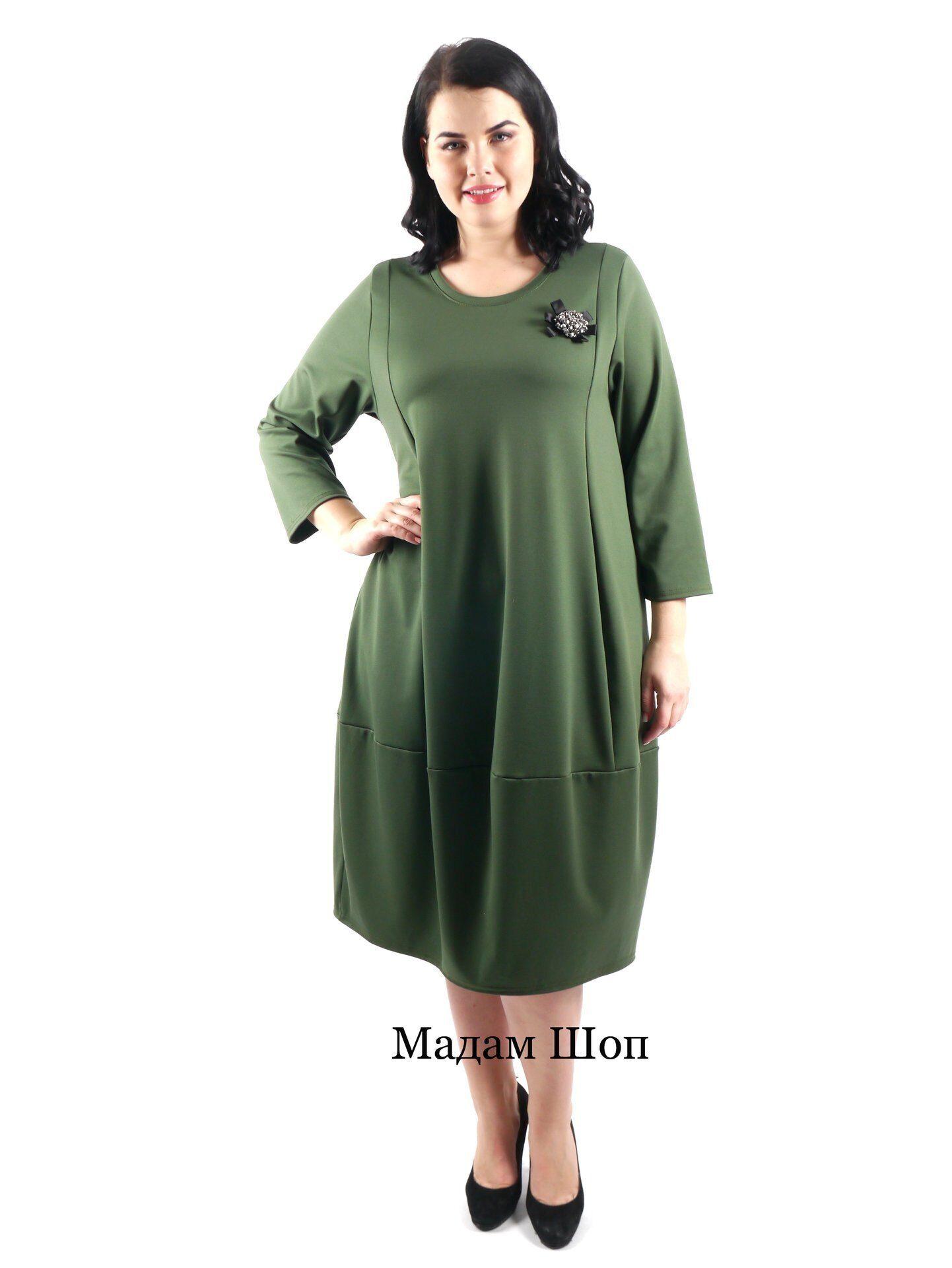 516ed7fb3350246 Стильное зеленое платье с рукавом 3\4 украшено большой брошью из ограненных  бусин и бисера